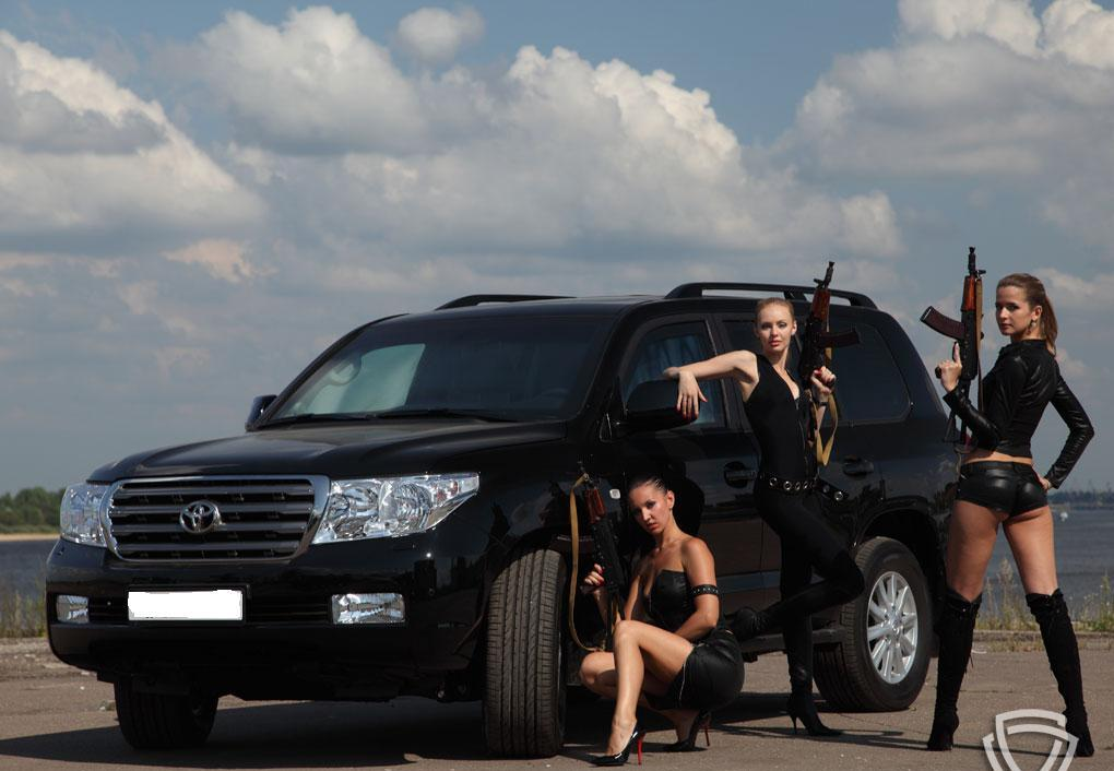Girls,guns and Land Cruisers. Photo credits: http://toyota-toyota-toyota.blogspot.com/2011/08/toyota-land-cruiser.html