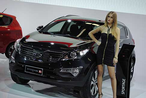 Kia Sportage and girl on Auto Show Photo credits: www.automania.it