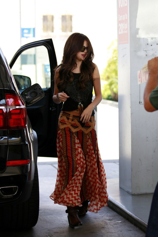 Selena Gomez and her BMW X5 M. Photo credits: http://www.celebritycarsblog.com/2013/06/selena-gomez-bmw-x5/
