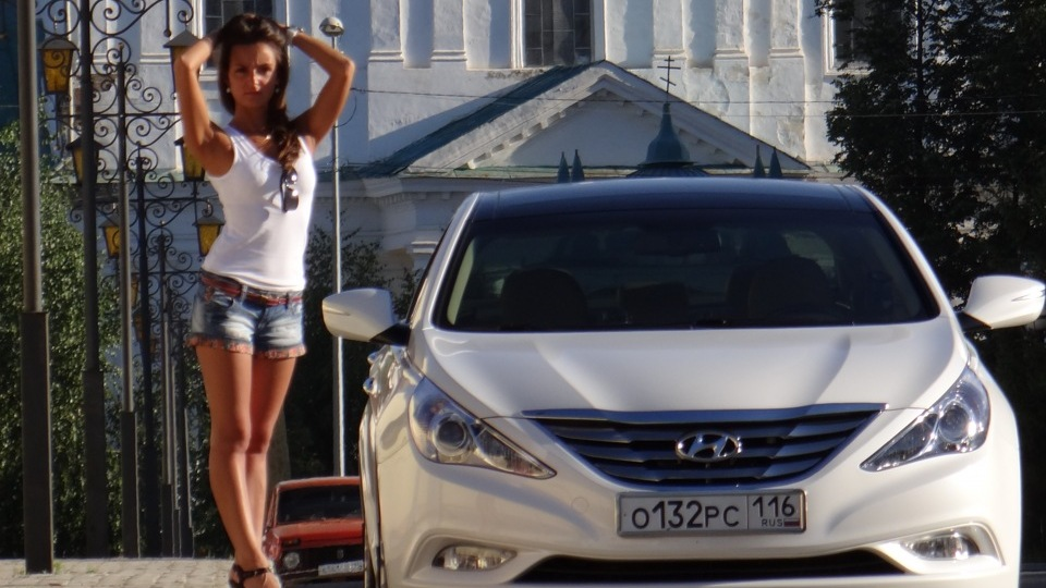 Hyundai Sonata and a Hot Babe. Photo credits: Drive.net